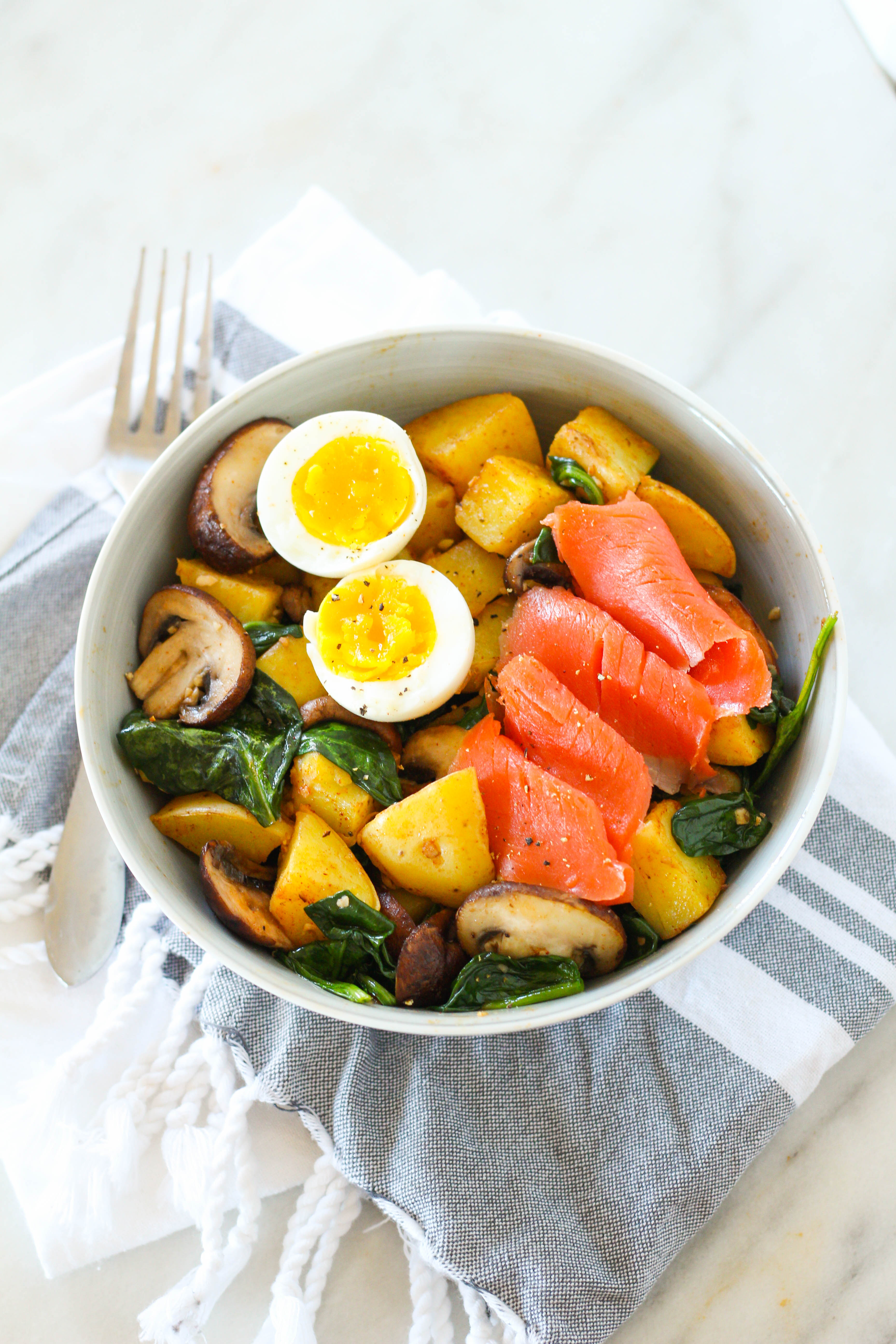 This protein packed smoked salmon power breakfast bowl is the perfect way to start your day! Fill up on fiber and vitamins from the veggies, healthy starch from the potatoes, and savory smoked salmon and an egg for protein.